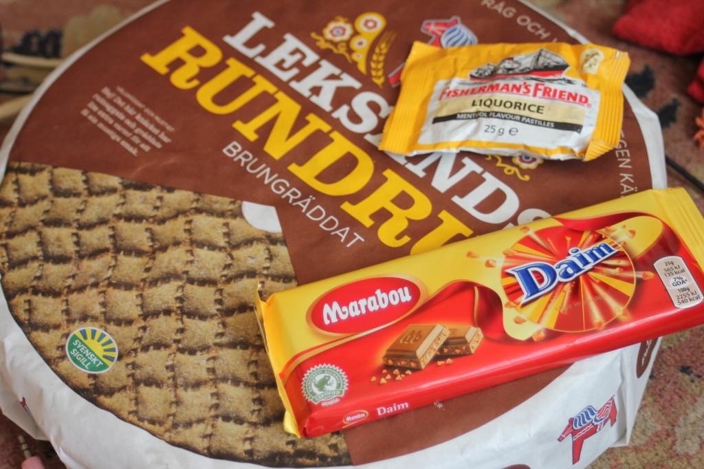 Szwedzkie suchary (takie, jak Wasa ale w fajniejszym kształcie. Wasa to szwedzka firma, od tego króla), rybackie miętówki o smaku oczywiście lukrecji i czekolada z Daim. Jest aż za dobra.
