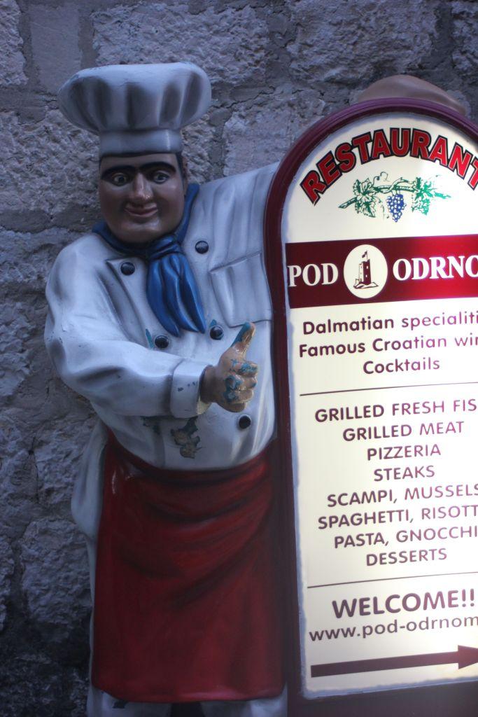 poluję na tych kucharzy wszędzie. Dotychczas najbrzydszego widziałam w Polsce gdzieś obok Sierpca, będę musiała kiedyś poświęcić im osobny wpis...