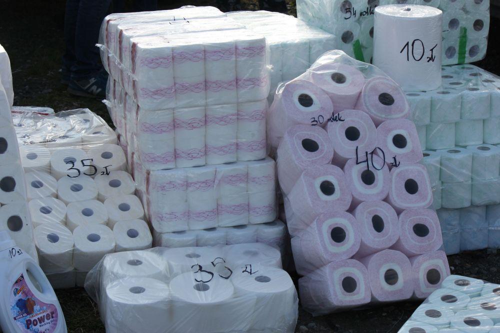 ...sprzedawano też wielkie kolekcje papieru toaletowego.