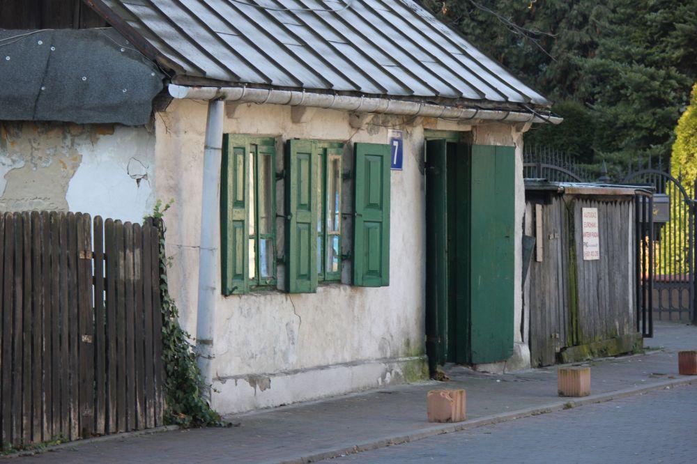 domek_zielone_okiennice_dom_bielony_chata_piaseczno_dom_naprzeciwko_kościoła