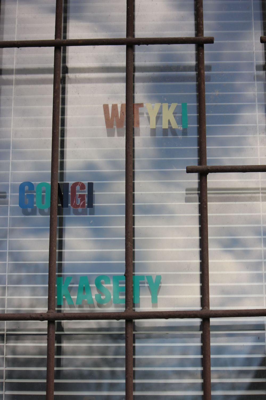 wtyk_gongi_kasety_'90_lata_dziewięćdziesiąte_bazar_szyldy_typografia