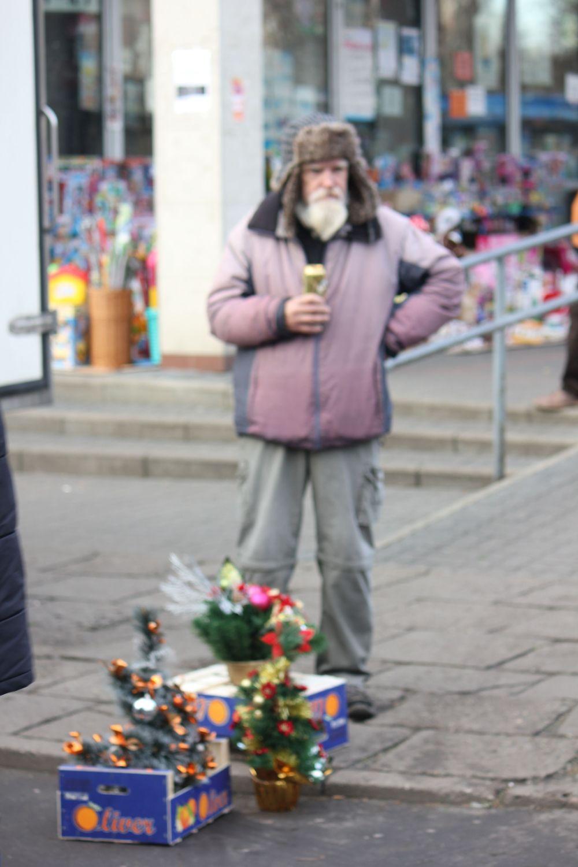 sprzedawca_piwo_kuflowe_choinki_grochów_universam_wiatraczna_czapka_uszatka_biała_broda