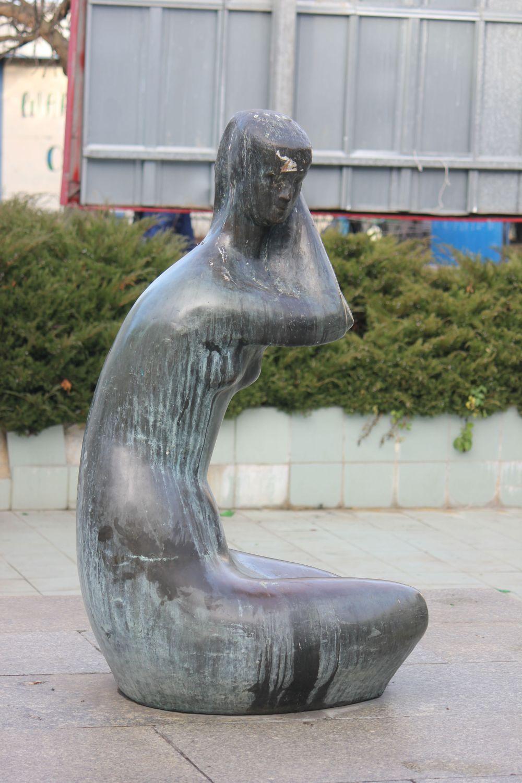 rzeźba_universam_grochów_dziewczyna_kąpiąca_się_prl
