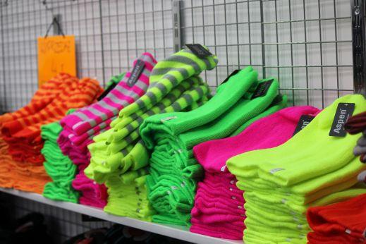 fluorescencyjne_czapki_fluo_kolory_wólka_kossowska_ubrania