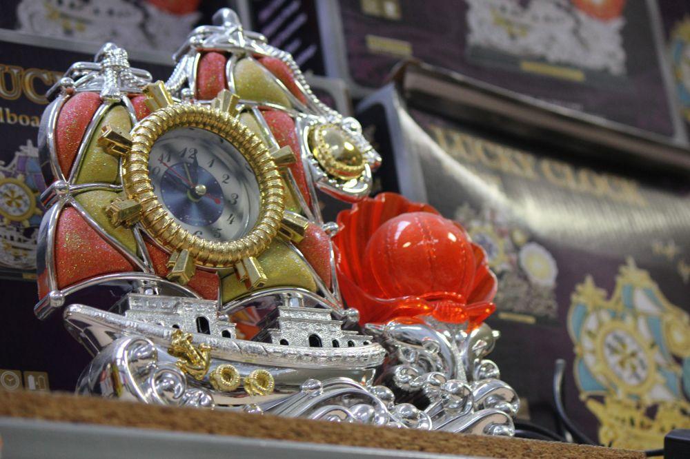 obrzydliwy_zegar_kicz_sztuka_wólka_kossowska_wszystko_za_5zł_chińskie_kiczowate_brzydkie_zegar_statek_róża_muszla_plastik_srebrny_koło_ster_design_sztuka
