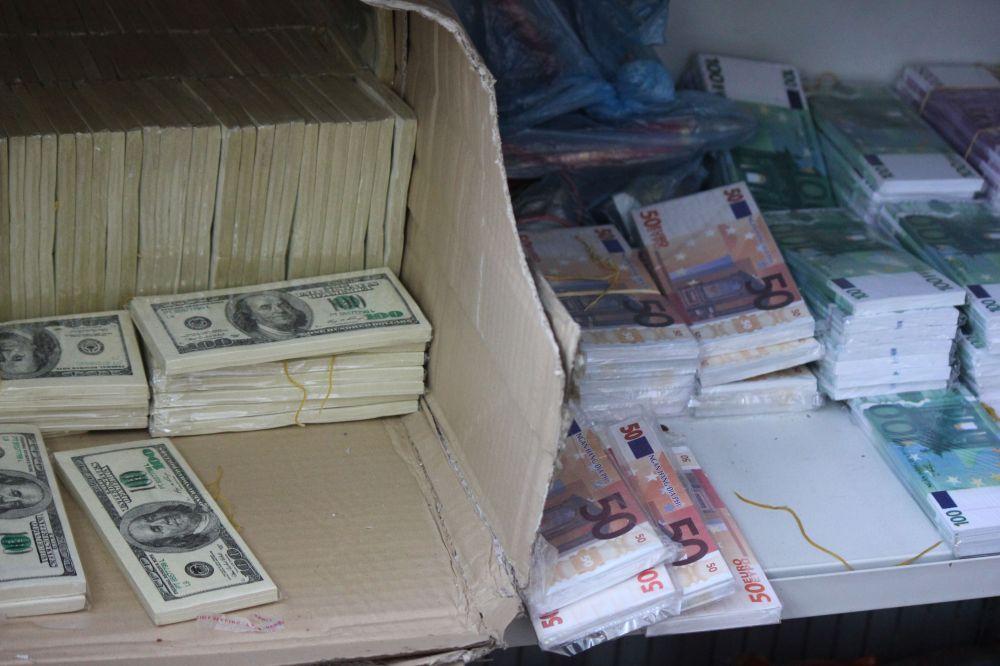 pieniądze_sztuczne_fałszywe_dolary_euro_pliki_banknotów_stos_hajs_kasa