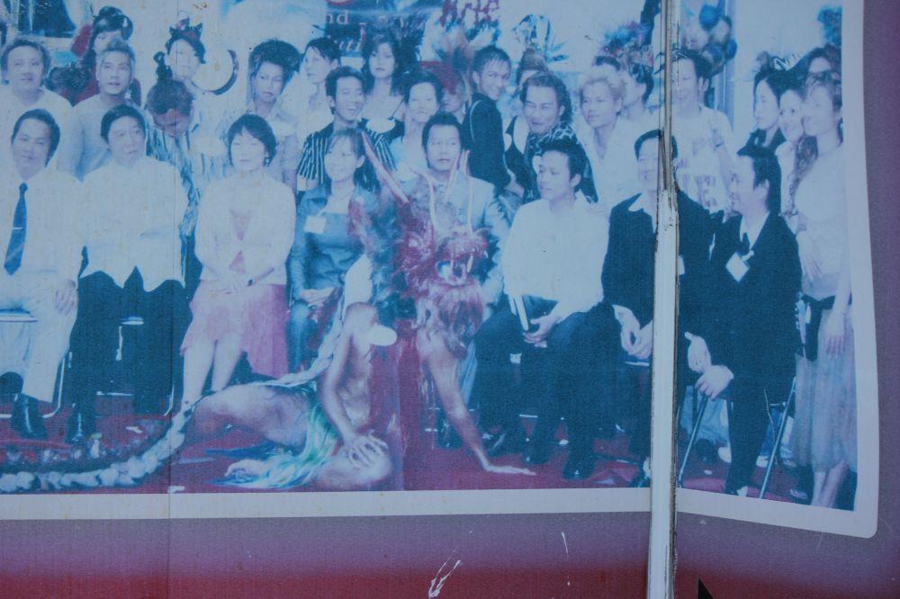 wietnamczyk_strój_smoka_przebrany_nowy_rok_zdjęcie_stare