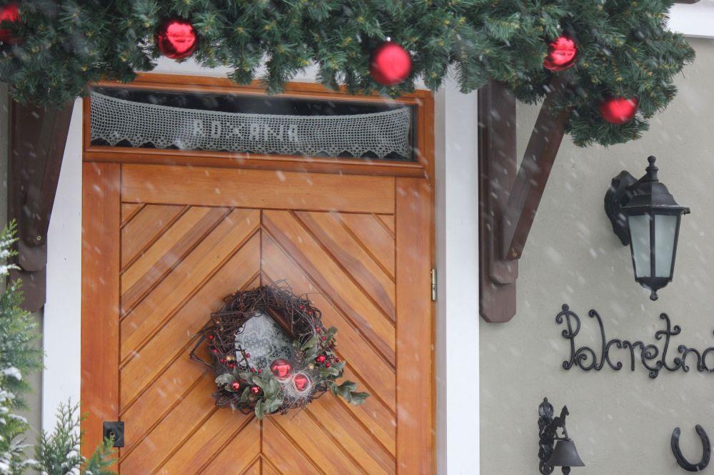 wieniec_bąbki_ozdoby_rękodzieło_świąteczne_na_drzwi_drewniana_wiązanka