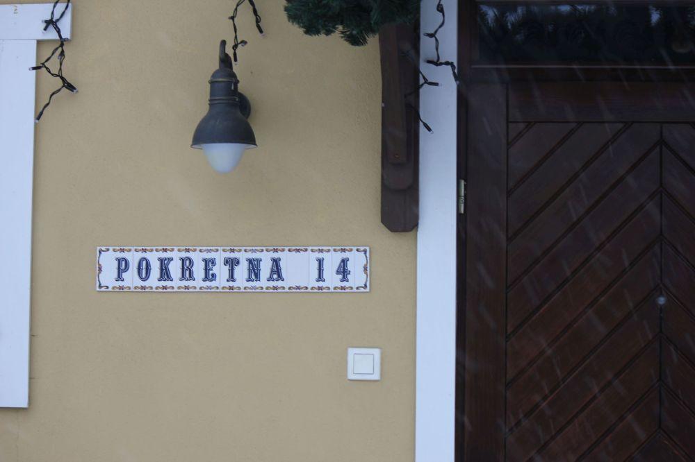 kafelki_nazwa_ulicy_ozdoby_drzwi_drewno_pokrętna