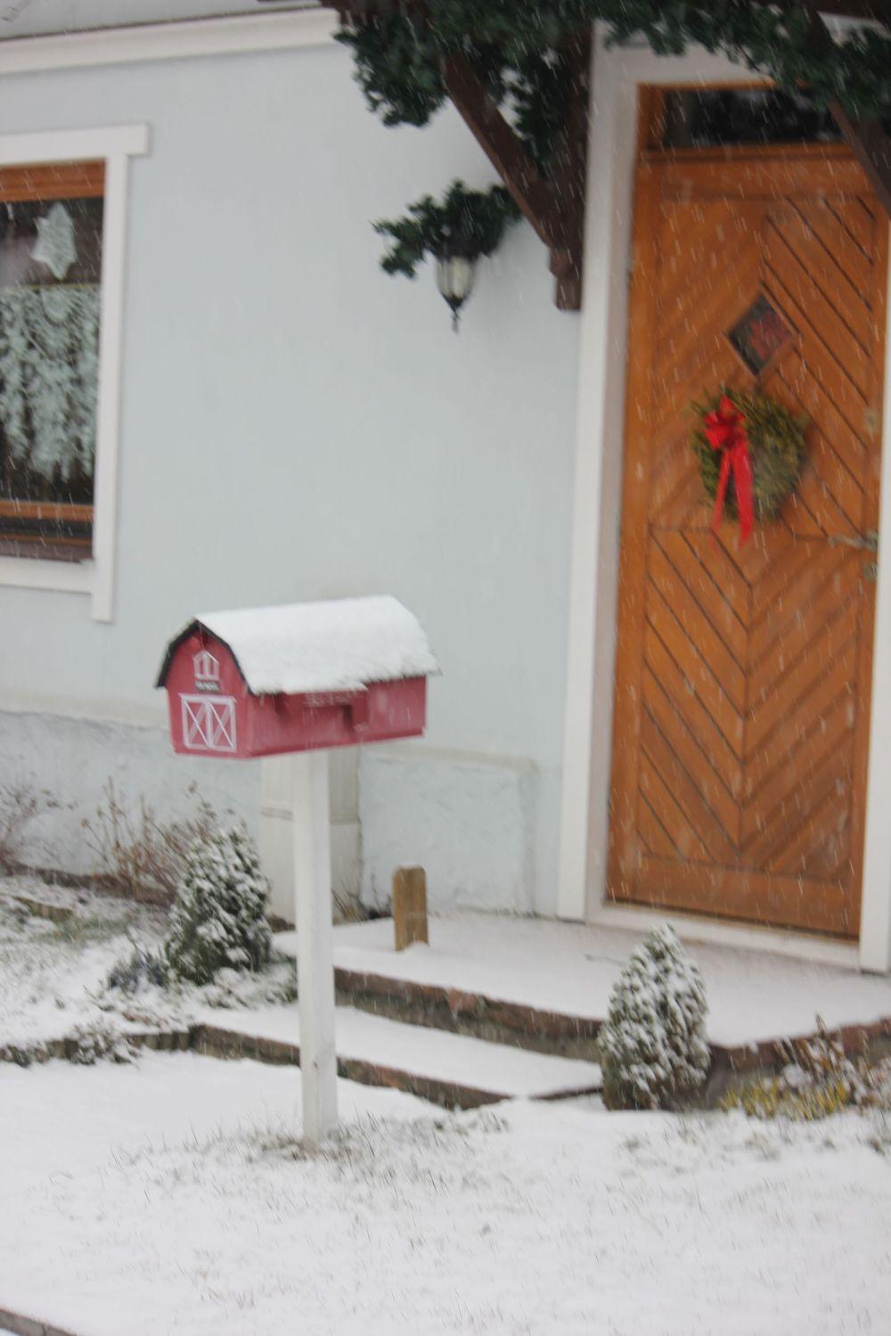 skrzynka_na_listy_ładne_ozdoby_pomysłowe_zimowe_ zima_drzwi_wieniec_wstążka_drewno_oryginalne_piękne_pomysłowe_rękodzieło_czerwony