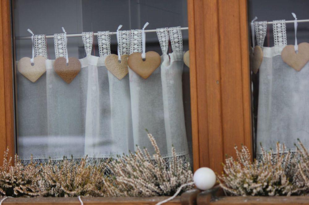 pierniki_dekoracja_na_wstążce_okno_firanka_ozdoby_handmade_kwiaty_drewniane_okna