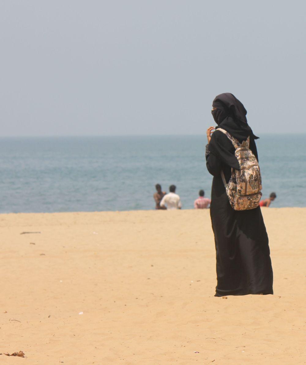 plaża_indie_hidżab_burka_muzułmanka_kąpiel_w_morzu_hinduski_karnataka_goa