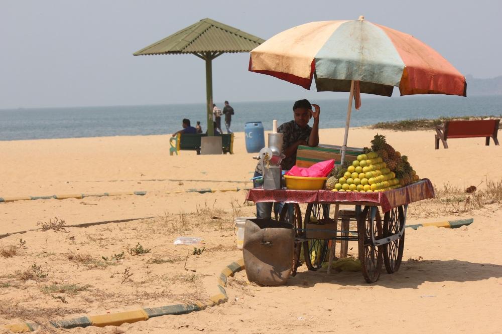 plaża_indie_karnataka_parasol_stragan_owoce_sprzedawca_kolorowe