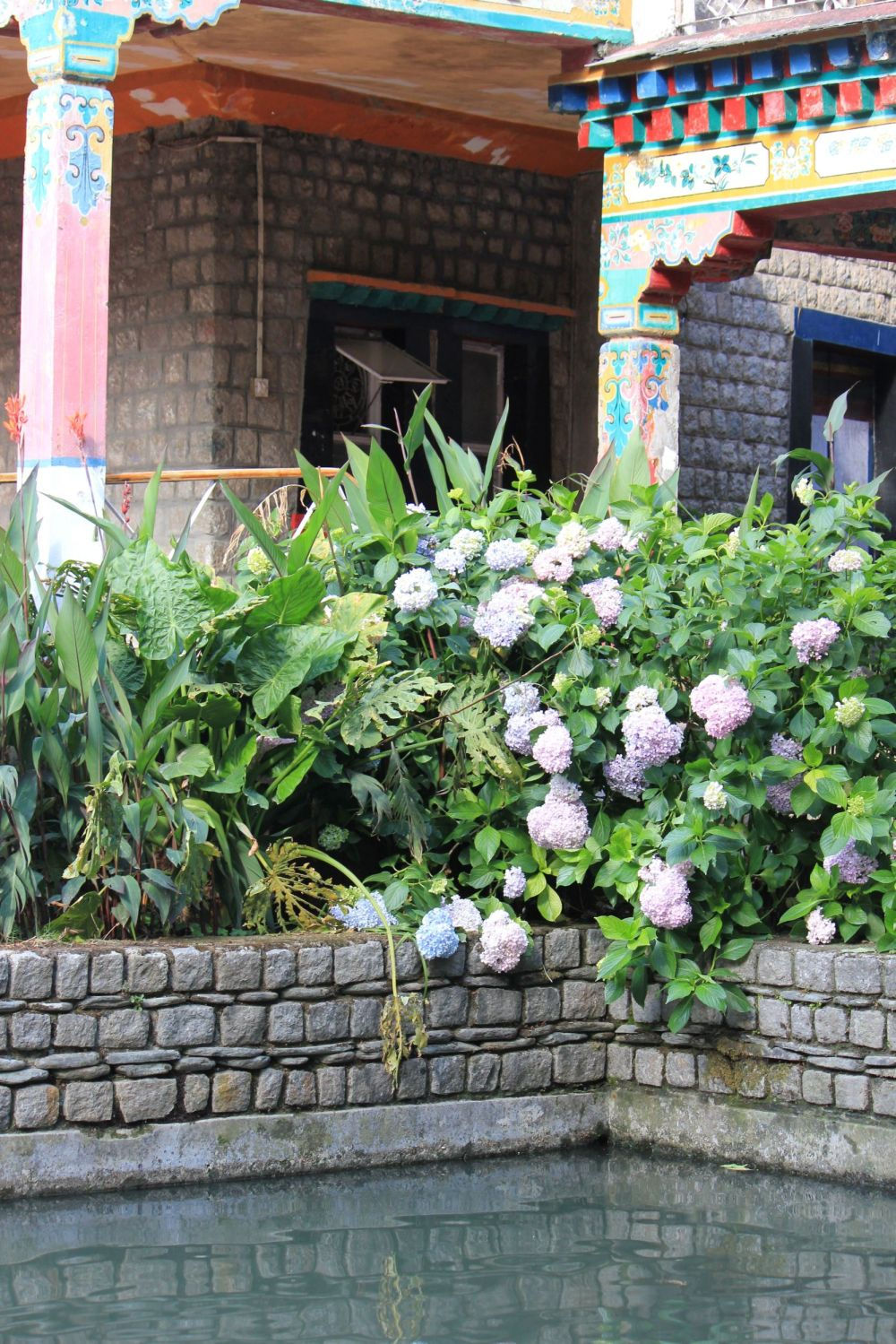 norbulinka_indie_jezioro_kwiatki_tybetańskie_filary_kolumny