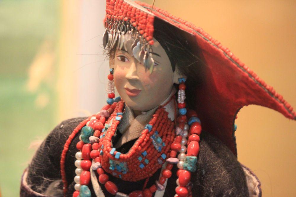 nakrycie_głowy_tybetanka_biżuteria_moda_lalka_tradycja