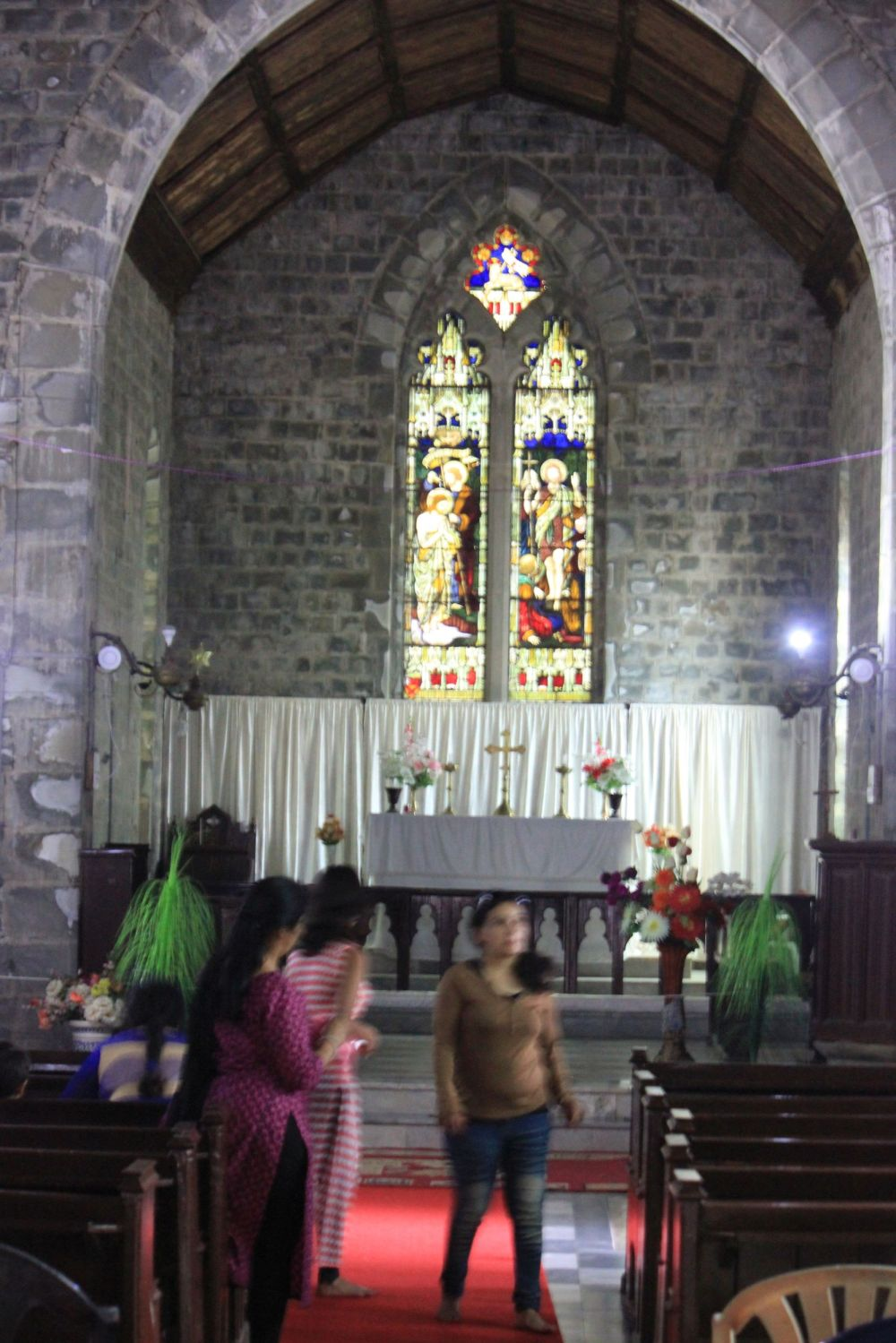 kościół_dharamsala_św.jana_witraż_anglikański