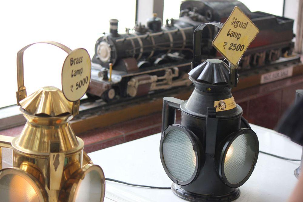 sygnaówka_lampa_sygnałowa_kolejowa_muzeum_kolejowe_new_delhi