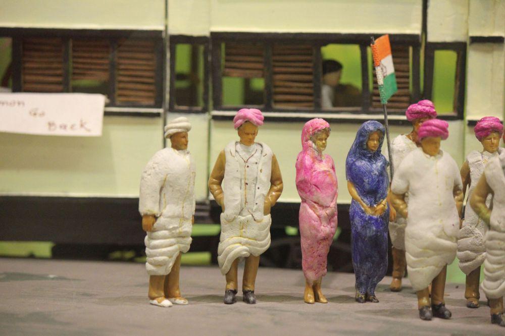 miniatura_indyjska_flaga_gandhi-kolej_dworzec_sari_ludzie_figurki_turban