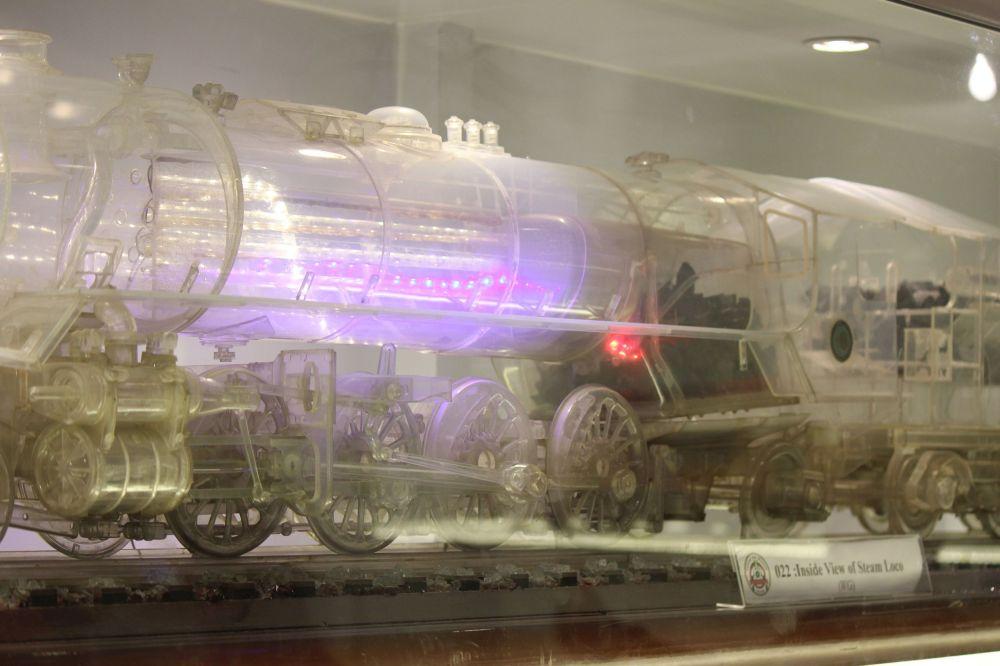 transparent_train_przezroczysta_lokomotywa_plastik_węgiel