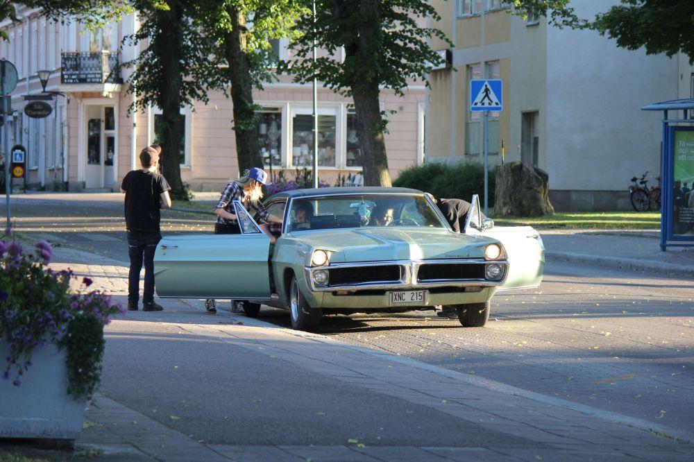 stare_amerykańskie_bonneville_pontiac_samochody_lata_'50_młodzież_ameryka_szwecja_samochody_w_szwecji