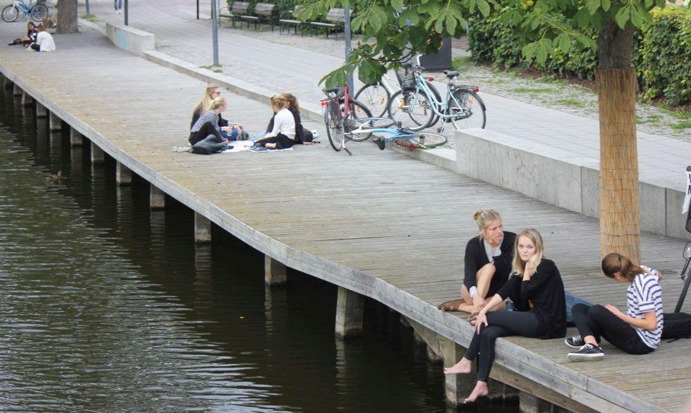 nadbrzeże_szwecja_rzeka_pomost_nowoczesny_dziewczyny_na_pomoście_uppsala