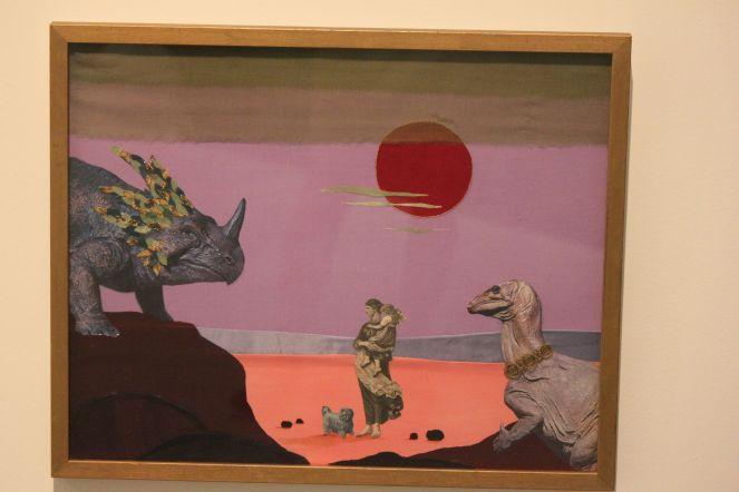 surreal_Västerås_muzeum_wystawa_dinozaur_obraz_wyszywany_z_materiału