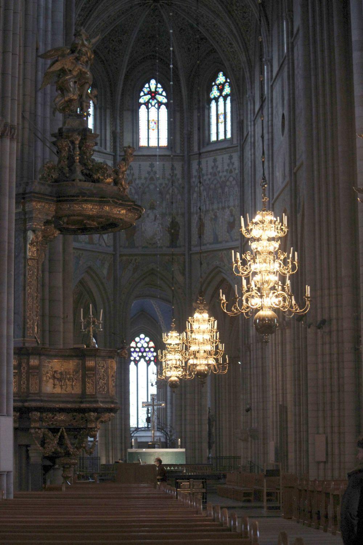 wielka_katedra_olbrzymia_średniowieczna_żyrandole_w_kościele_żyrandol
