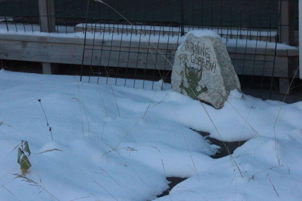 gnom_ostrzeżenie_szwecja_zima_dom_ogród