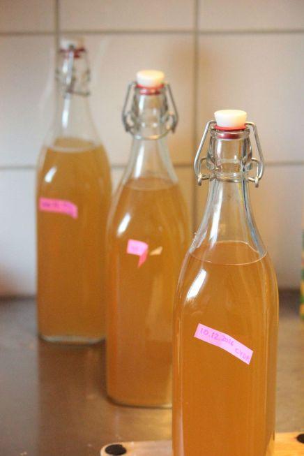 Cydr Prosty cydr jabłkowy domowej roboty w szklanych butelkach z korkiem vintage