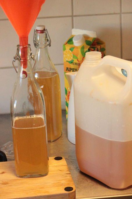 rodukcja c ydru, przelewanie do butelek, lejek kapsel rurka
