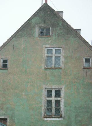 dom-zielony_mazurski_przedwojenny_niemiecki_okna_stary-zabytek_węgorzewo