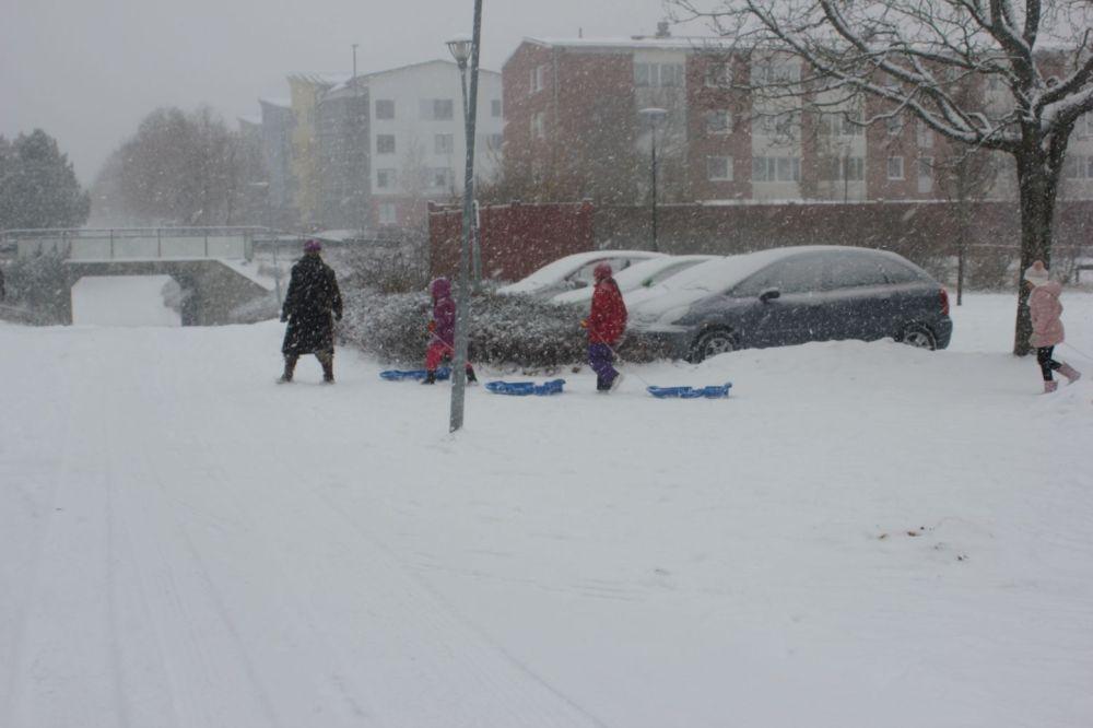 szwecja_dzieci_zabawa_na dworze przedszkolaki szwecja przedszkole śnieg