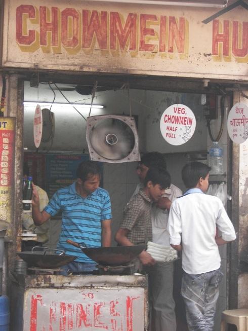 chowmein potrawy w indiach indyjskie stoisko z jedzeniem uliczne z potrawami bezpieczne