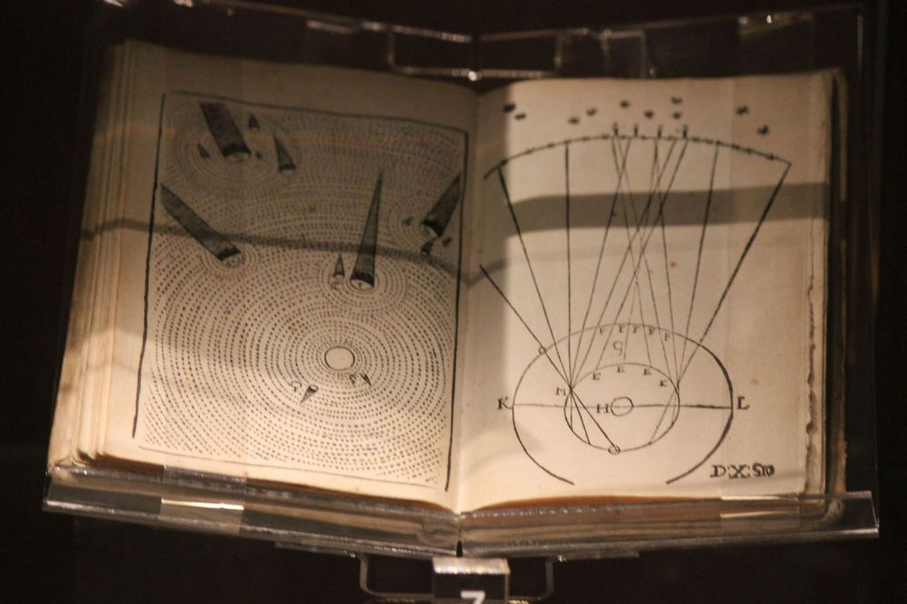 stara książka wolumin książka kopernika astronomiczna średniowieczna odrodzenie książka antykwariat