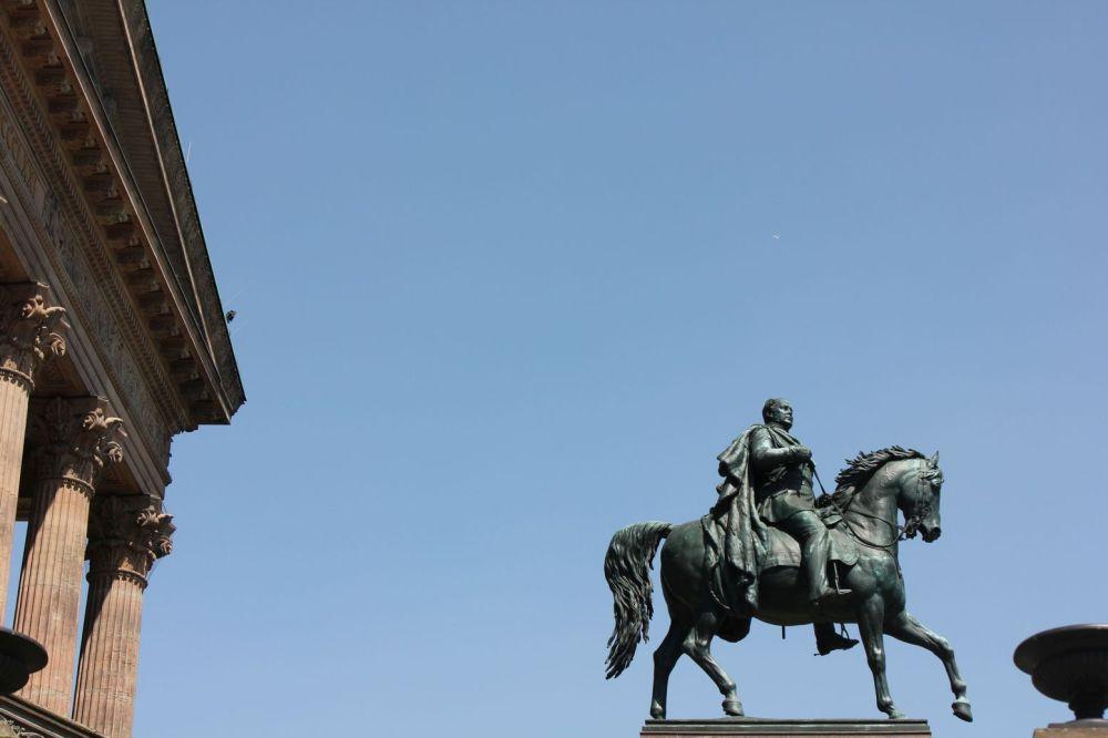 pomnik cezar berlin wyspa muzeów cezar naq koniu