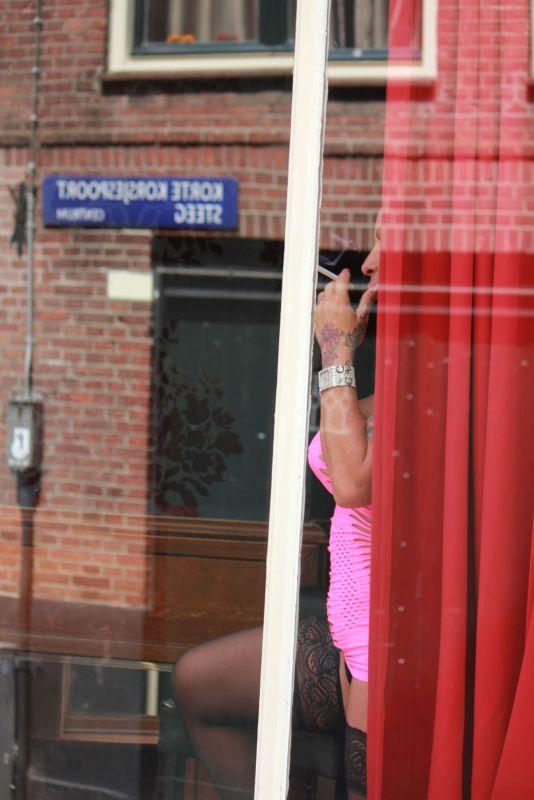 dzielnica czerwonych latarni prostytucja prostytutka prostytutki baba w oknie zakaz fotografowania