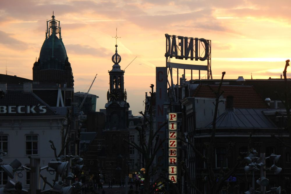 cinema zachód słońca piękny w mieście amsterdam neony