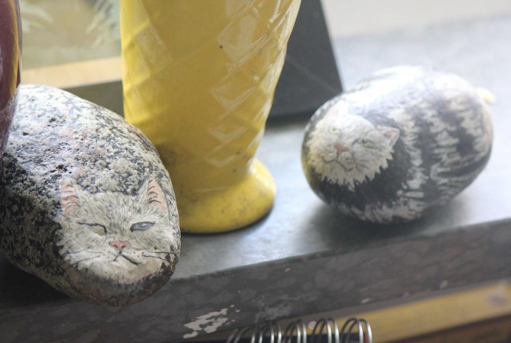 rękodzieło koty z kamieni namalowane na kamieniu szwedzkie ludowe