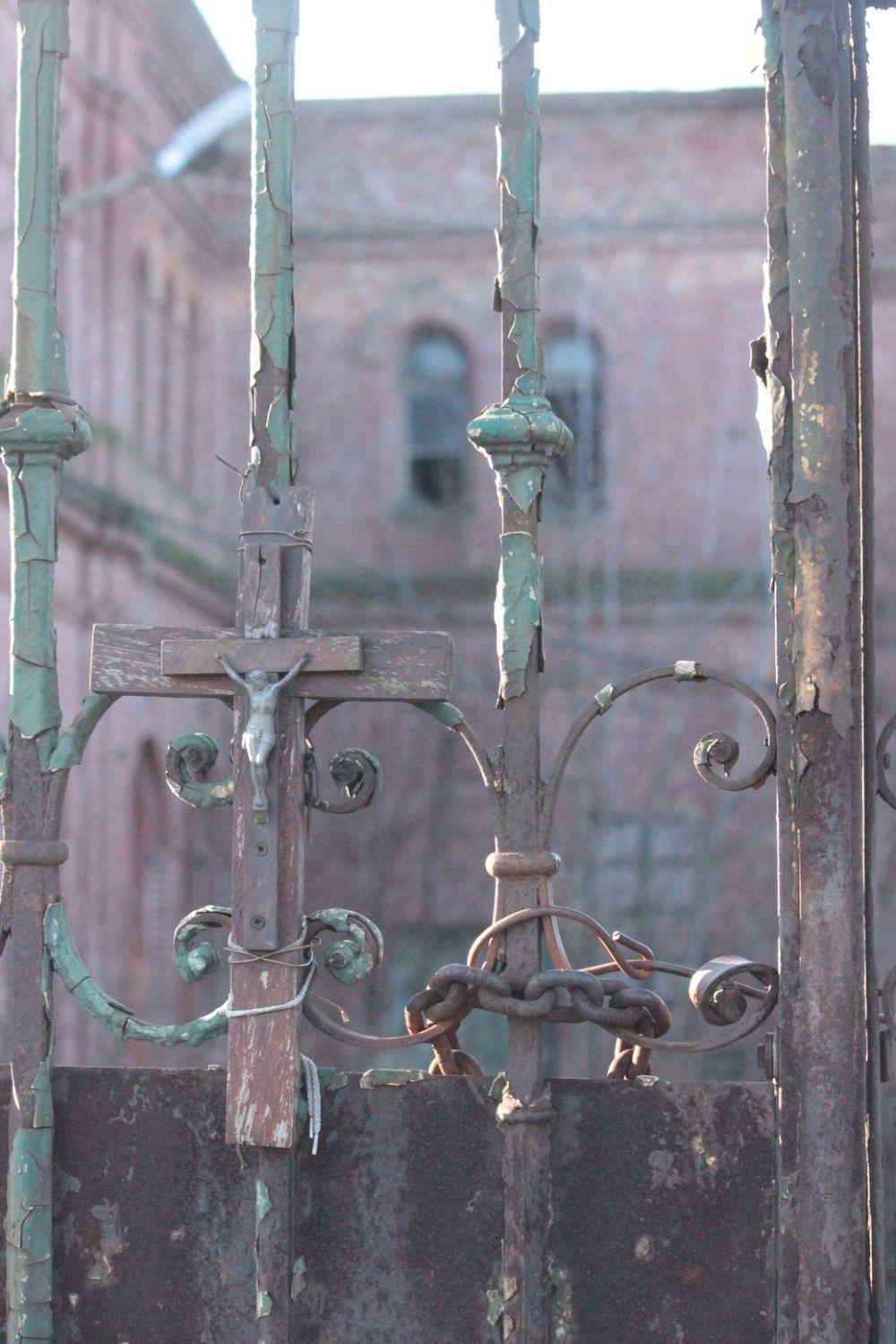 fabryka uniontex ogrodzenie papież krzyż ruina