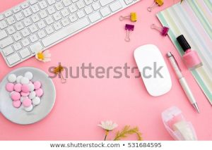 kobieta w mediach społecznościowych czyli słodycze i kolor różowy