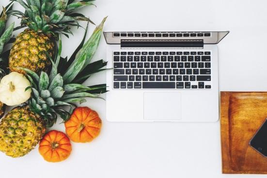 Biurka freelancerów udawane życie na instagramie
