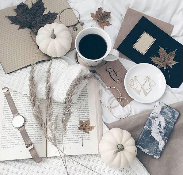 udawane życie na Instagramie zdjęcia z kawą w łóżku