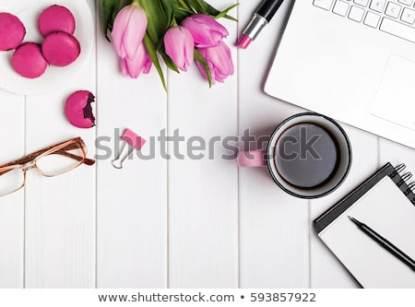 białe surowe deski kawa i makaroniki czyli nieprawdziwe życie na instagramie